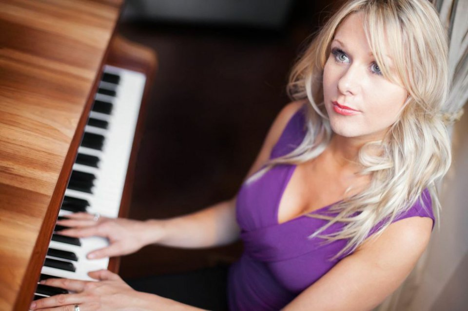 Laurel (Singer & Pianist) Gallery